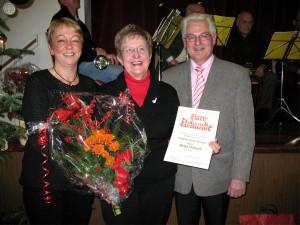 Helga Viebrock erhält für 25 Jahre Mitgliedschaft die silberne Ehrennadel des Sängerbundes