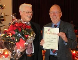 1. V. Hans-Dieter Timke überreicht Enno Meyer die Urkunde zur Ernennung zum Ehrenmitglied